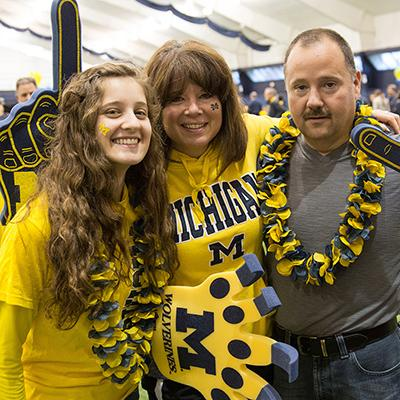 A family enjoys Parents & Family Weekend