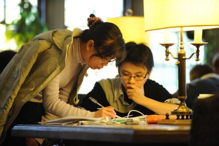two students are discussing the school work